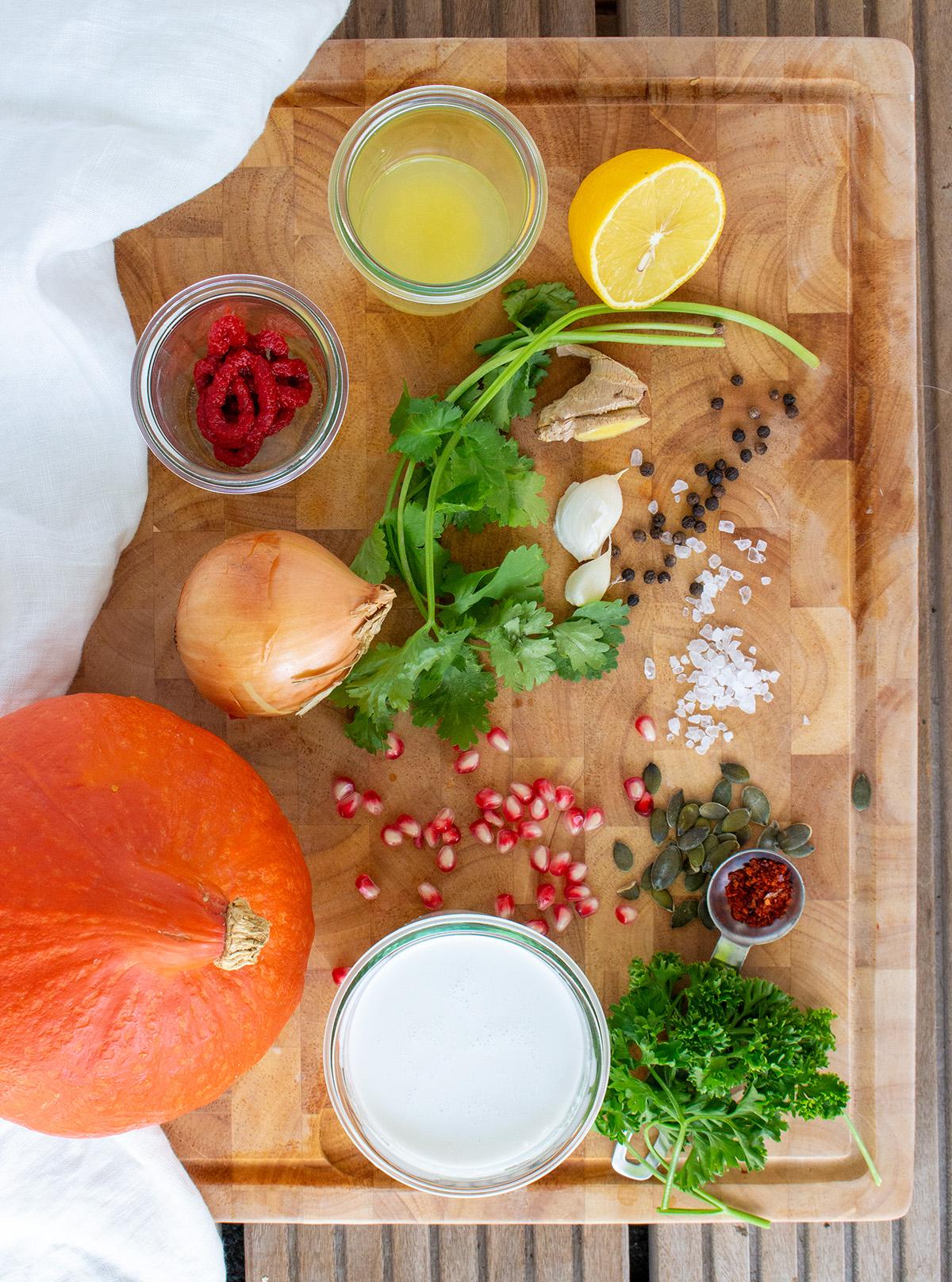 Ingredients Pumpkin Soup, Zutaten Kürbissuppe auf Holzuntergrund, Koriander, Kokosmilch, Zitrone, Cilantro, Coconut Milk, Lemon