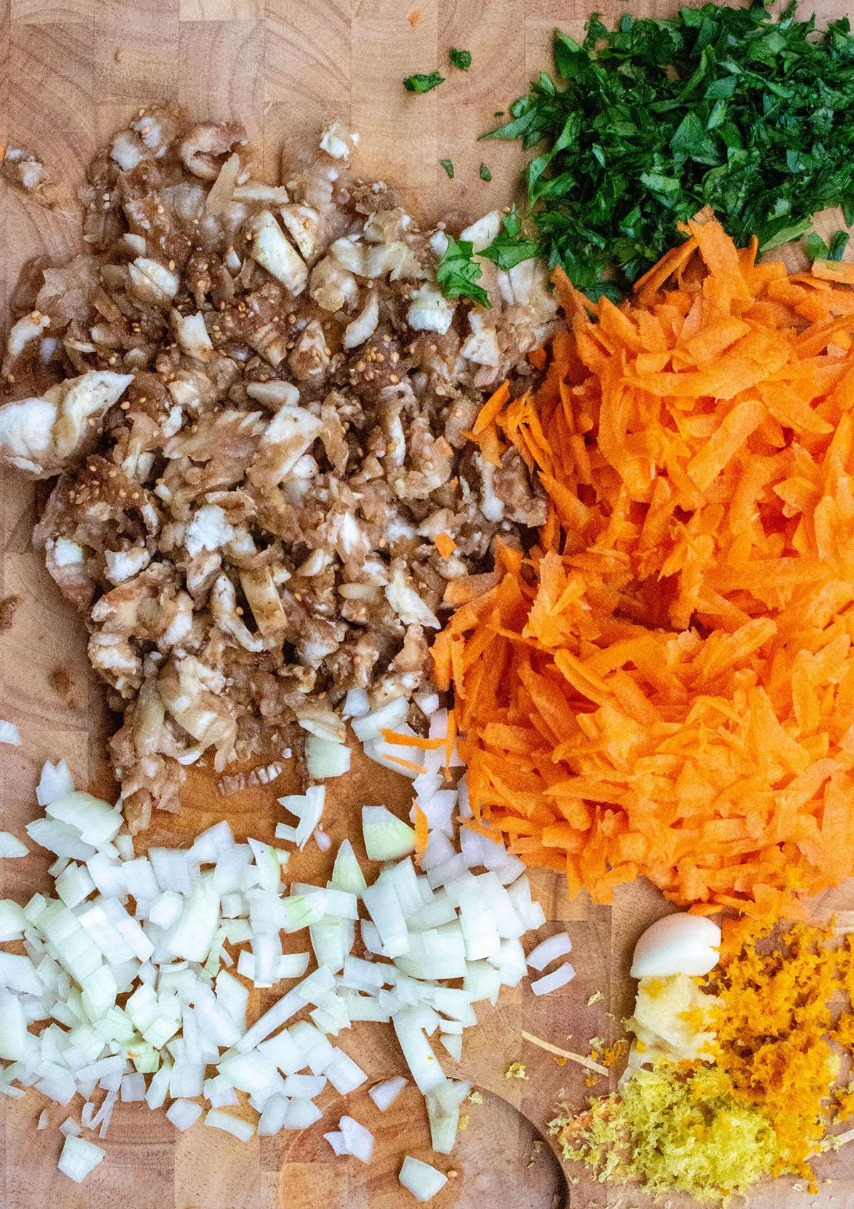 geraspeltes Gemüse, Zitronenschale, Orangenschale