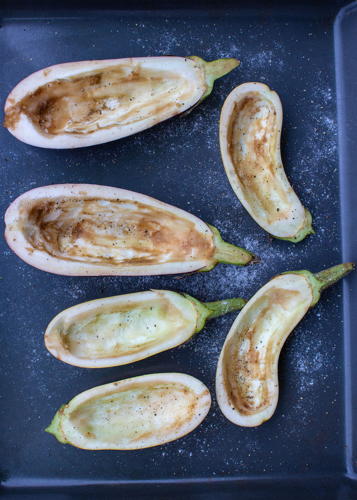 Auberginen auf einem Backblech, ausgehöhlte Auberginen