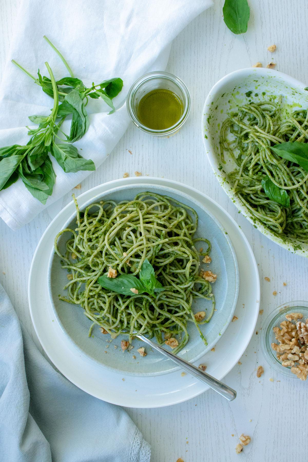 Spaghetti mit Basilikumpesto auf einem grauen Teller
