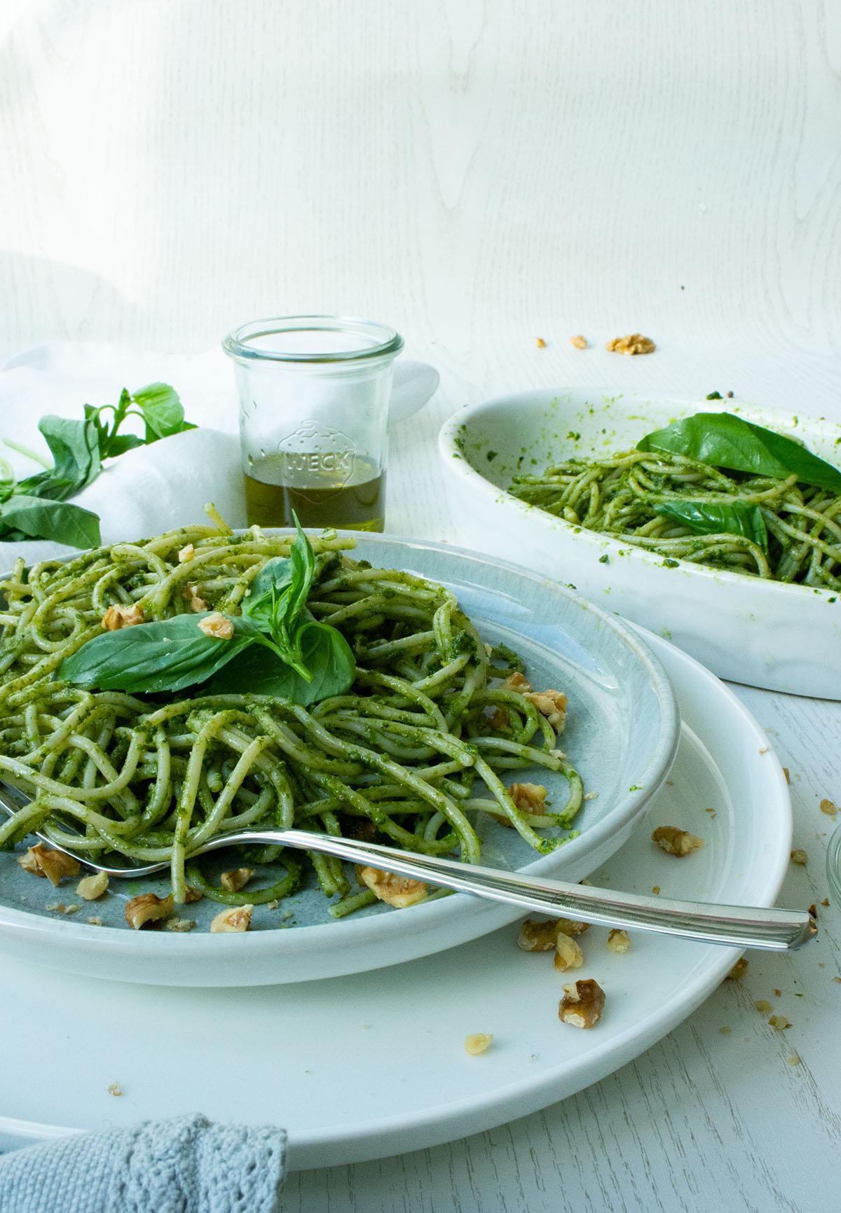 Spaghetti mit veganem laktosefreien Basilikumpesto auf einem grauen Teller mit WMF Besteck