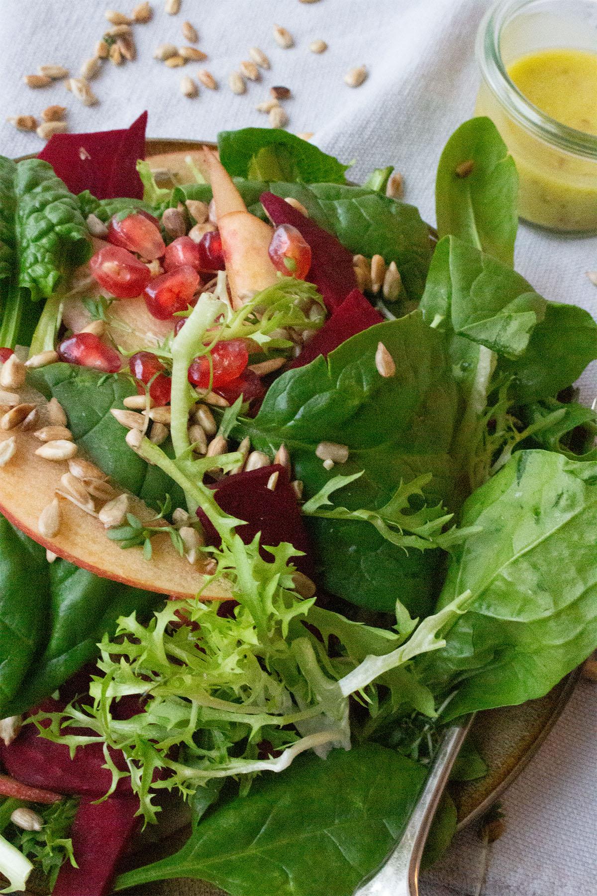 Friseesalat mit Babyspinat, Granatapfel und Äpfeln