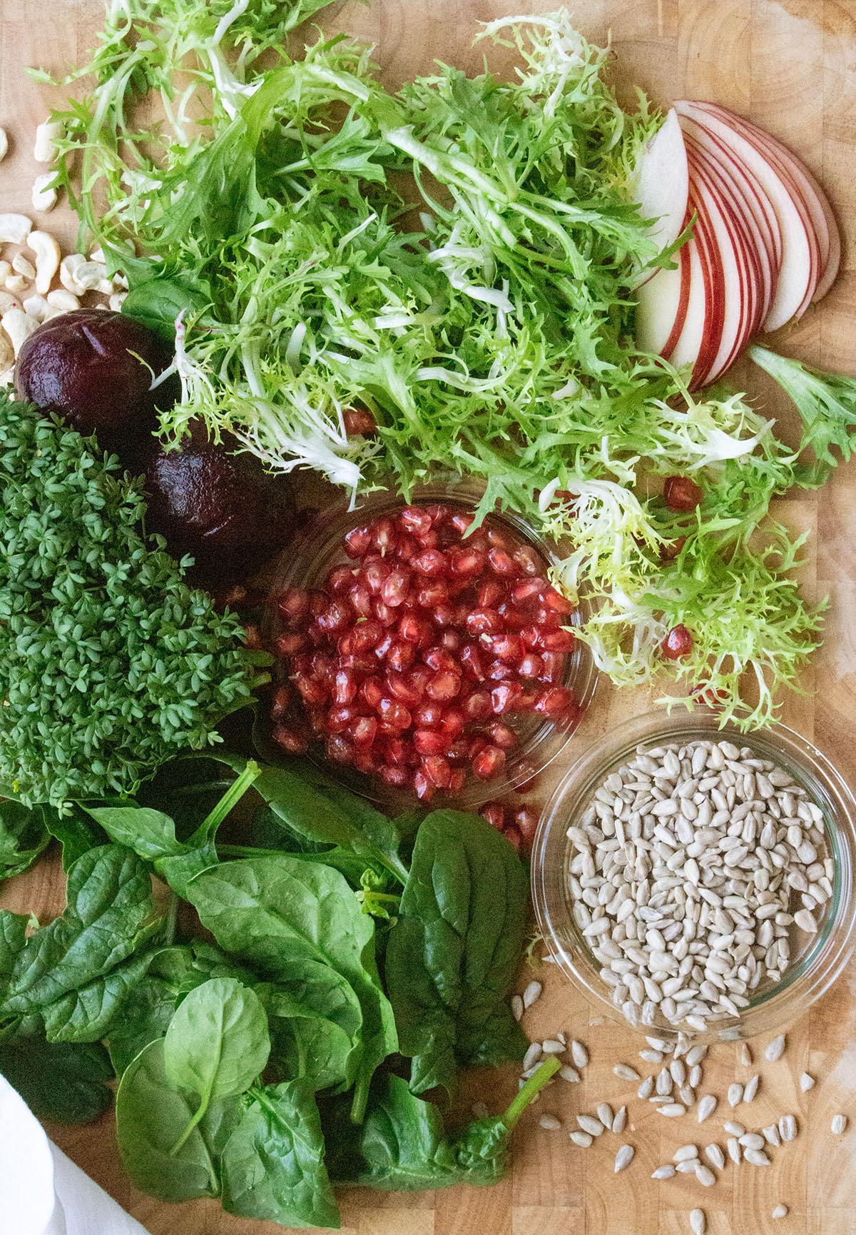 Granatapfelkerne, Spinat, Friseesalat, Kresse, Rote Bete, Sonnenblumenkerne