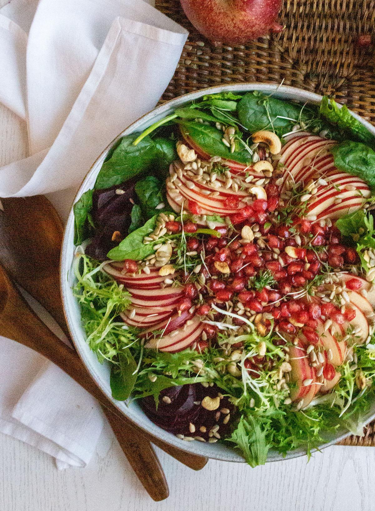 Spinat und Friseesalat mit Äpfeln und Granatapfelkernen