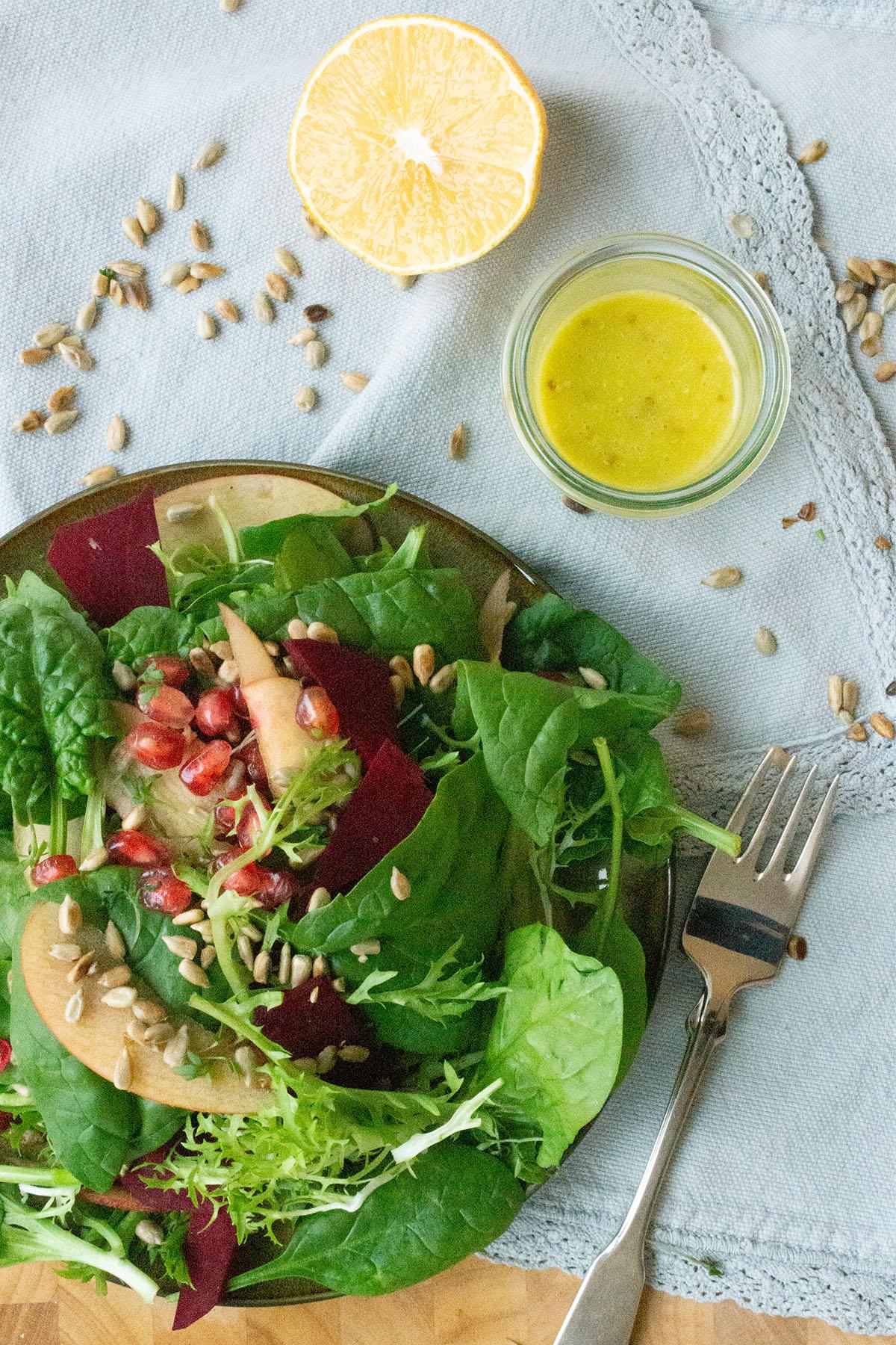 Spinatsalat mit Apfel und Granatapfelkernen
