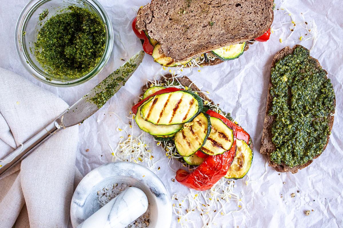 glutenfreies Sandwich mit Grillgemüse und veganem Basilikumpesto