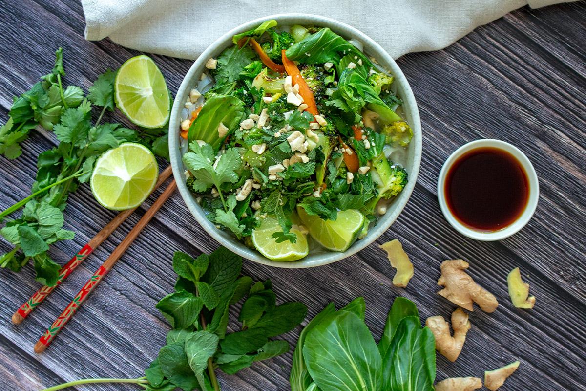vegane vietnamesische Reisnudelsuppe, asiatische Gemüsesuppe, vegetarian rice noodle soup, vegetarian pho, vegan pho