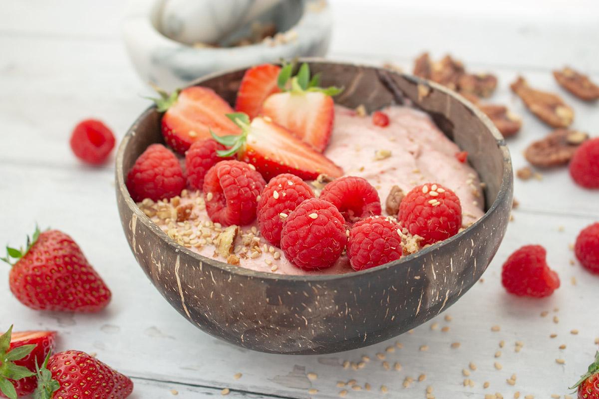 Strawberry porridge, Erdbeerporridge, porridge rezepte, porridge recipes, nicecream rezepte. cremige Erdbeer-Porridge ,Frühstücksbowl, strawberry porridge breakfast bowl