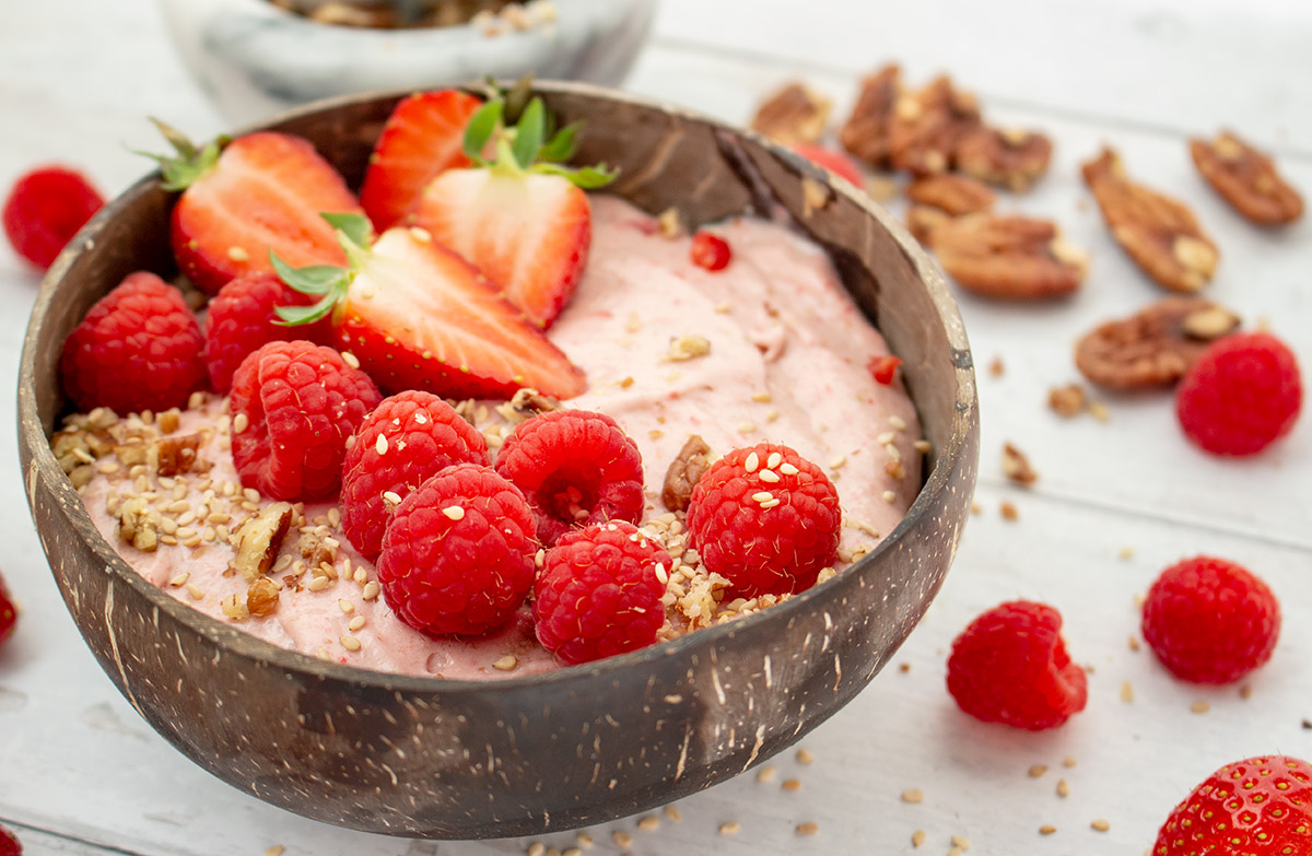 cremige Erdbeer-Porridge Frühstücksbowl