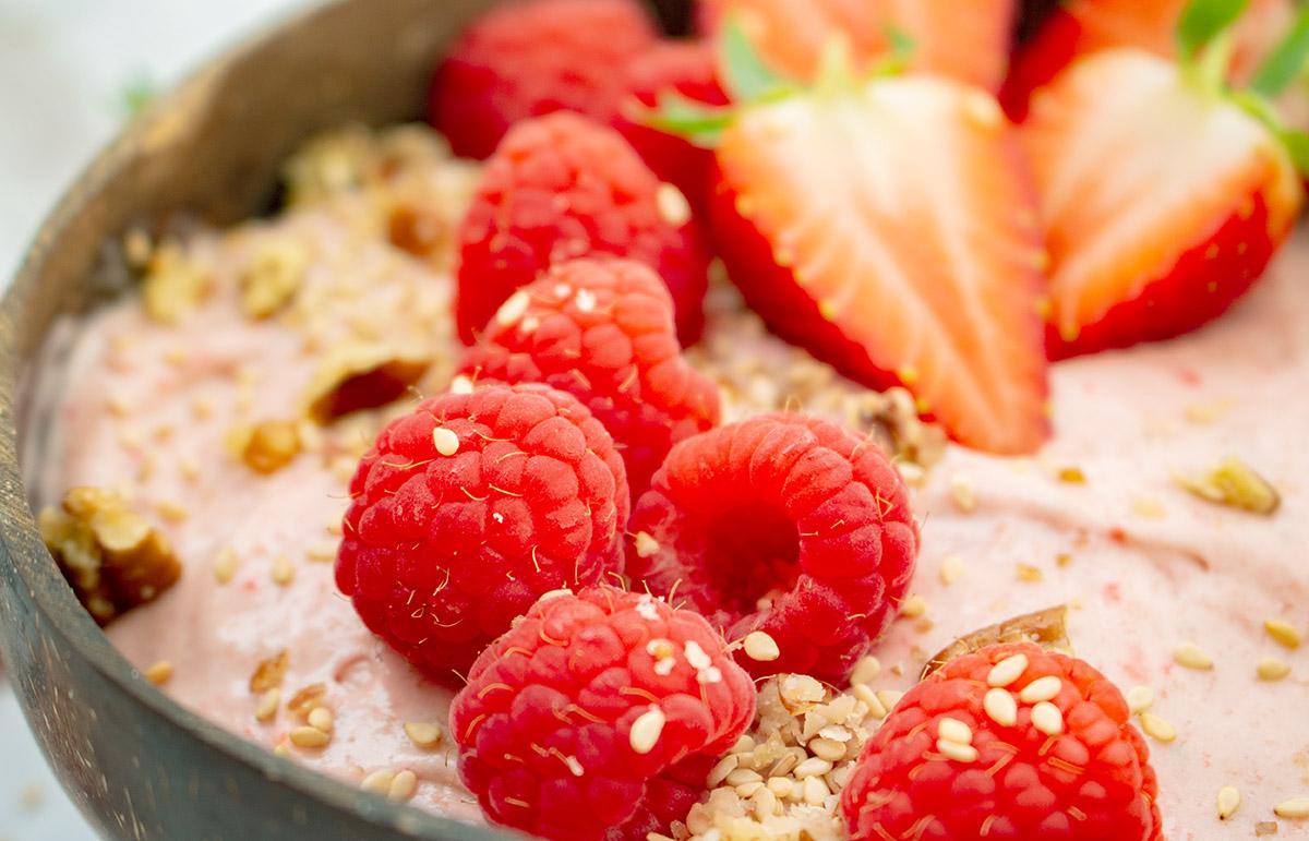 cremige Erdbeer-Porridge Frühstücksbowl, strawberry porridge breakfast bowl