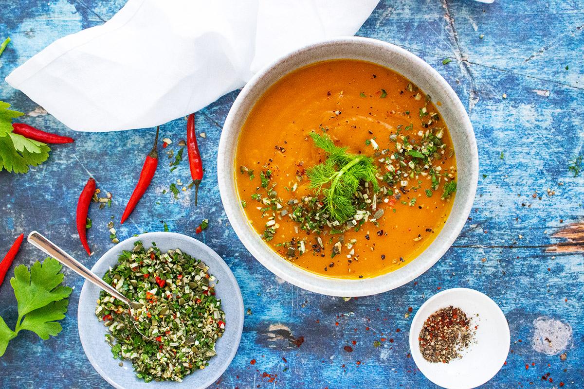 Fenchelrezepte, Gremolata, Kürbissuppe, Kürbissuppenrezept, Pumpkin sour recipes, healthy soup recipes, orange Kürbissuppe auf blauem Untergrund