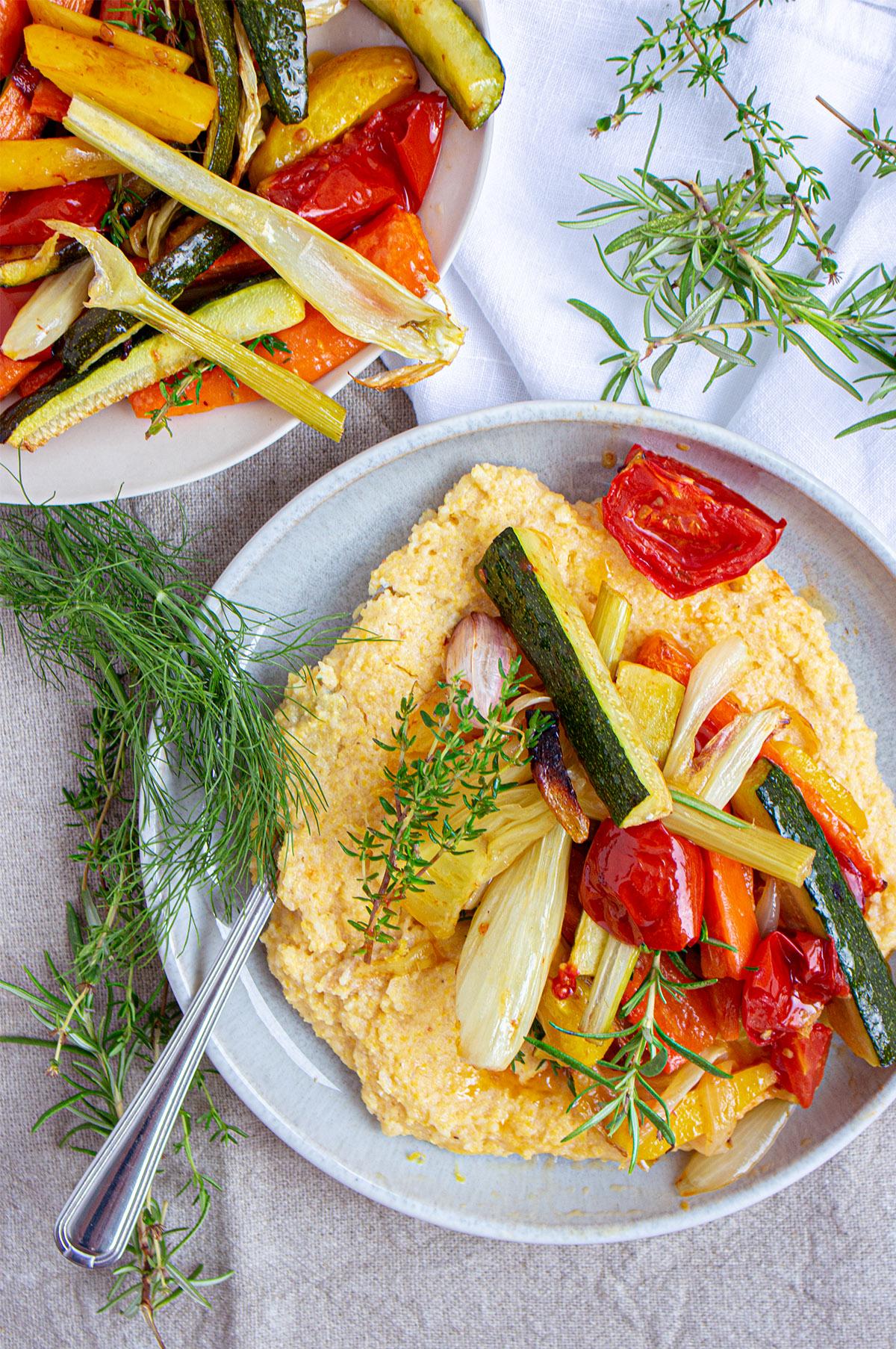 cremige polenta mit ofengemüse, vegane polenta, Creamy Lemon Polenta with Oven-Grilled Veggies