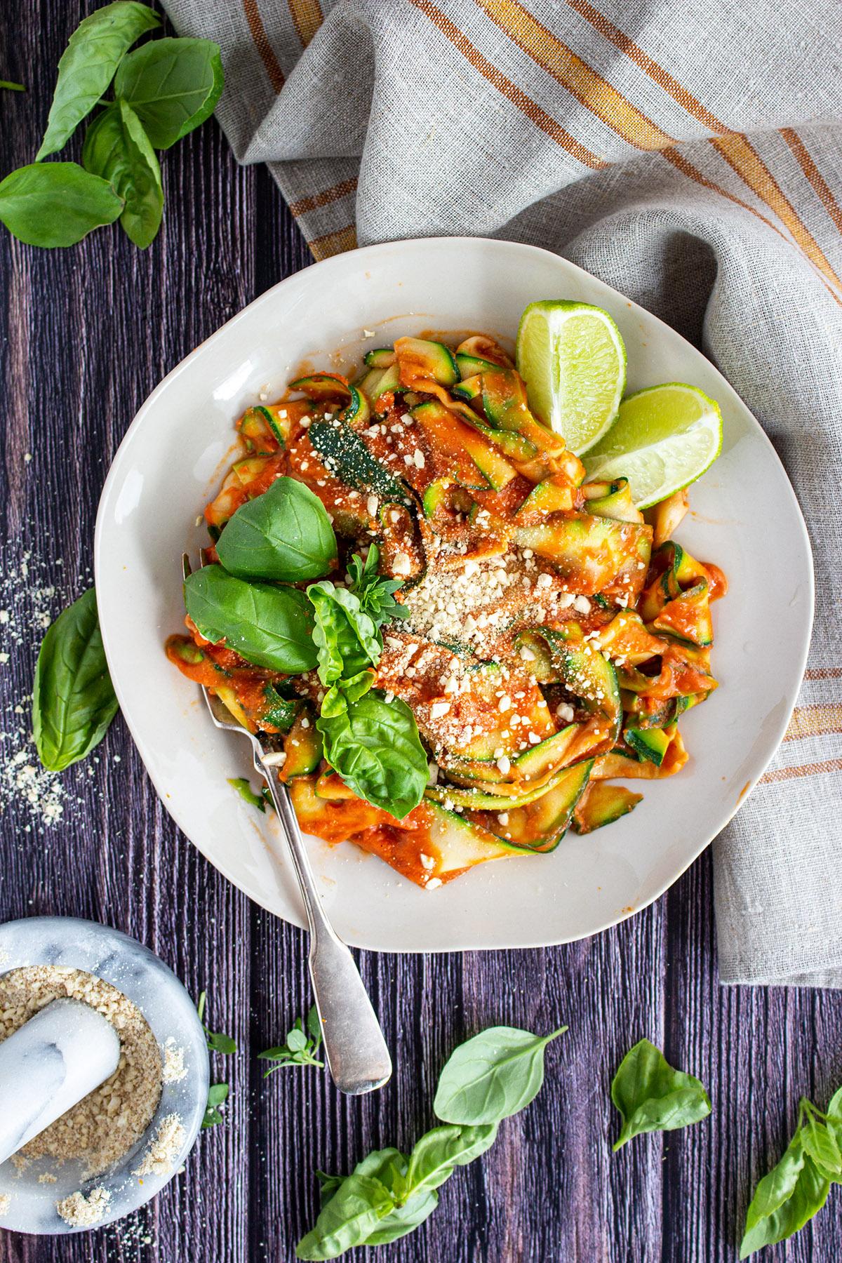 Zoodles mit Tomatensauce, Tomatensauce Rezept, vegane Tomatensauce, veganer parmesan, veganer parmesankäse
